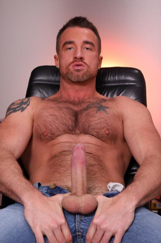 мужик с волосатой грудью дрочит